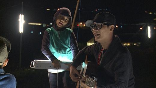 Hoàng Bách vừa đàn vừa hát ca khúc 'Cho tôi trở về tuổi thơ' - Tin sao Viet - Tin tuc sao Viet - Scandal sao Viet - Tin tuc cua Sao - Tin cua Sao
