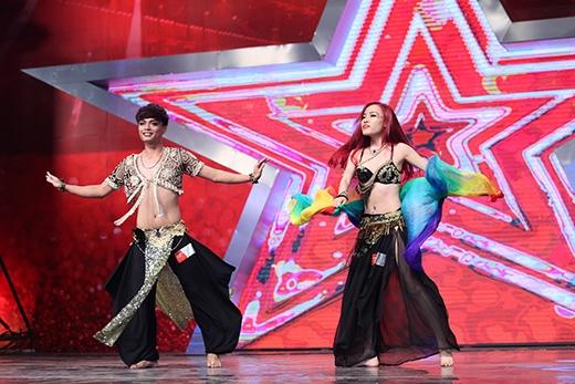 Đến với sân khấu 'Tìm kiếm tài năng' bằng thể loại bellydance, cặp thí sinh Cao Hiếu và Minh Phượng đã tạo nên một màu sắc riêng biệt khi kết hợp cả nam và nữ trong bài nhảy.