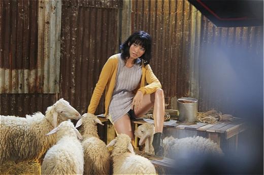 """Quỳnh Châu là thí sinh được đánh giá cao khi tay của cô gái này bị cừu cắn nhưng vẫn cố gắng giữ bình tĩnh để nhiếp ảnh gia tác nghiệp. Chính những cố gắng của cố gắng và sự không ngừng tiến bộ của cô gái trẻ, đã giúp cho Quỳnh Châu thoát khỏi hình ảnh """"hot girl"""" được gắn mác trước đó và dần khẳng định yếu tố một người mẫu chuyên nghiệp."""