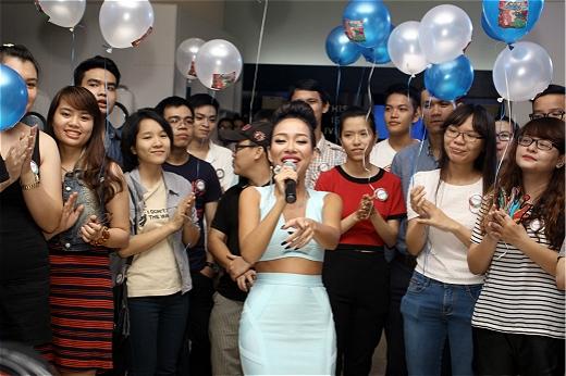 Nhiều fan ở xa vẫn đến tham gia buổi offline mừng sinh nhật Thảo Trang. - Tin sao Viet - Tin tuc sao Viet - Scandal sao Viet - Tin tuc cua Sao - Tin cua Sao