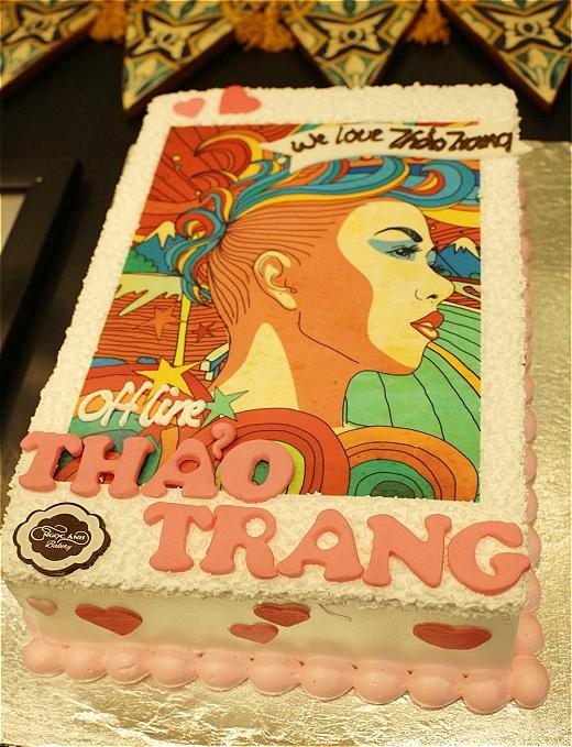 Đến với buổi offline, các fan củaThảo Trangcòn tặng thêm bánh kem, chính thức đón ngày sinh nhật muộn cùng cô. Ổ bánh được in hình bìa albumĐại lộ đón giórất độc đáo và bắt mắt. - Tin sao Viet - Tin tuc sao Viet - Scandal sao Viet - Tin tuc cua Sao - Tin cua Sao