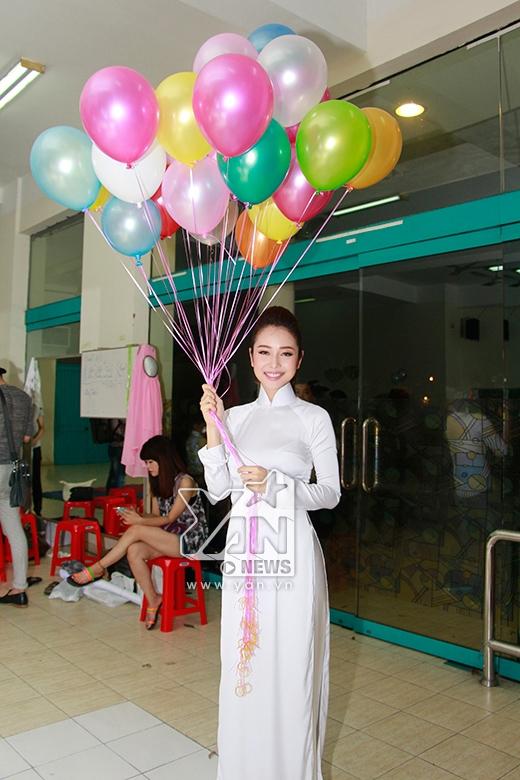Jennifer Phạm duyên dáng áo dài trắng