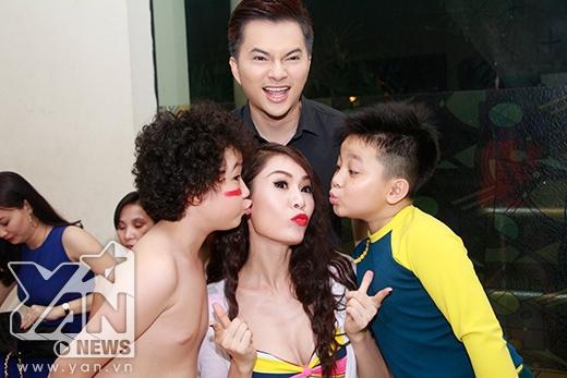 'Doremon tóc xù' Hoàng Anh nhí nhảnh chụp hình cùng với Quế Vân - Nam Cường