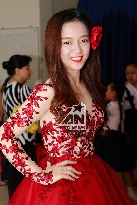 Đinh Hương gợi cảm váy đỏ