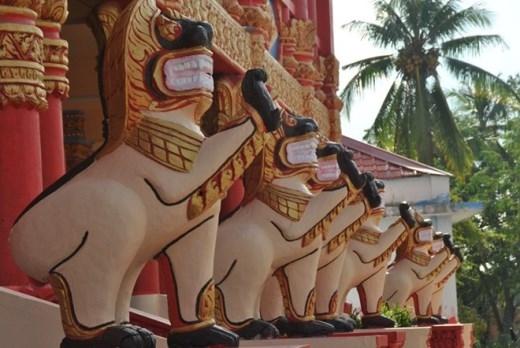 Đan xen giữa hàng cột trụ chạm khắc tinh xảo là những bức tranh phù điêu mô tả các điển tích của Đức Phật từ lúc sơ sinh cho đến khi thành đạo, được thể hiện sống động với màu sắc rực rỡ, cuốn hút người xem.