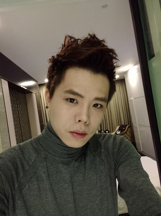 Sau khi ra mắt MV Người thứ ba đẹp lung linh, Trịnh Thăng Bình tất bật với các show diễn của mình, tuy vậy, anh chàng vẫn không quên chọc cười fan trên facebook khi giả vờ chia sẻ ngô nghê: 'Giờ mới biết make up lợi hại thật! Vậy mà hồi nào giờ không biết!'
