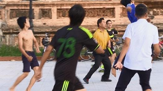 Martin Yan cùng các bạn trẻ đá bóng vào buổi sáng