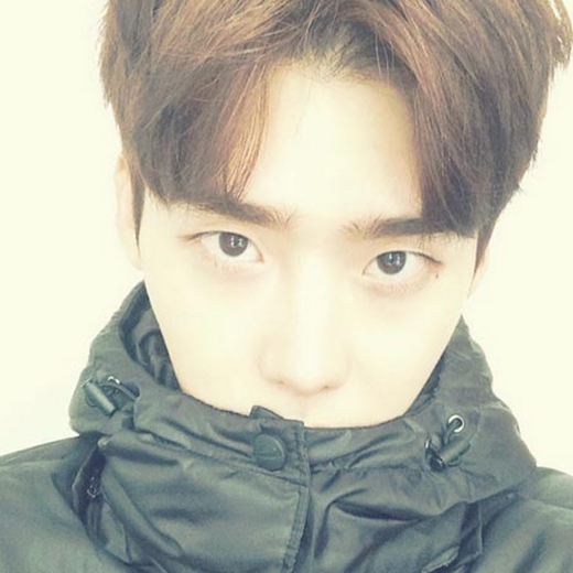 Lee Jong Suk khoe hình mặt cực ngầu và không tự nhắc nhở mình khi trời lạnh: 'Ôi...Trời lạnh thật đó. Ahhhhhh'