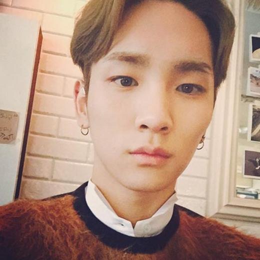 Key cũng không cưỡng lại được trời lạnh đầu mùa ở Seoul và phải thốt lên rằng: 'Wow,...trời thật sự rất lạnh'.