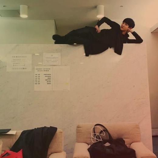 Chanyeol đã leo lên một bức tường và trêu đùa rằng: 'Sức quyến rũ tuyệt vời nhất quả đất'.