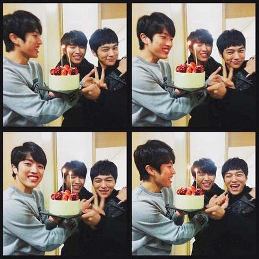 L (Infinite) đã ủng hộ Woohyun và Sungyeol khi vừa hoàn thành xong bọ phim truyền hình High School, L viết: 'Những cảnh quay cuối cùng, chúc mừng các cậu nhé'.