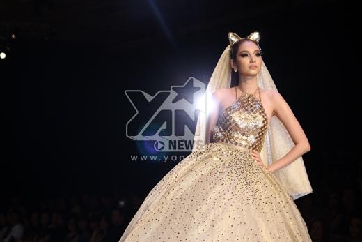 Trúc Diễm là người mẫu mở màn trình diễn bộ sưu tập của NTK Chung Thanh Phong. Cô hóa thân thành một 'cô dâu mèo' lộng lẫy - Tin sao Viet - Tin tuc sao Viet - Scandal sao Viet - Tin tuc cua Sao - Tin cua Sao