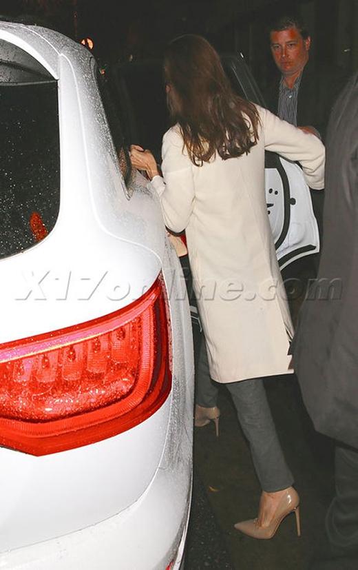 Và 1 giờ sau, Angelina Jolie được đón lên một chiếc xe khác