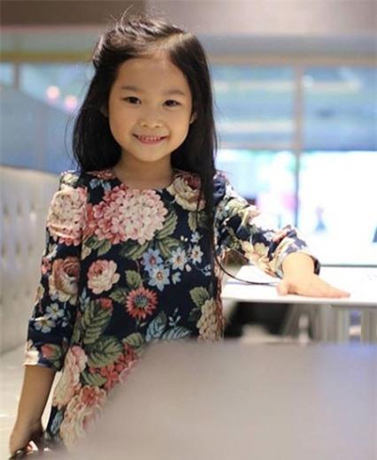 Cô bé 7 tuổi đã từng tham gia làm mẫu nhí cho hàng trăm chương trình biểu diễn, quay TVC quảng cáo và trở thành gương mặt đại diện cho các nhãn hàng dành cho trẻ em.