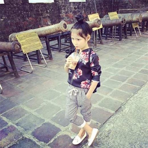 Tuy nhiên chị Phương Linh cho biết chị không hề tốn nhiều tiền bạc vào chuyện quần áo làm đẹp cho con. Thậm chí khi đến trường, Thiên Trang ăn mặc khá giản dị và có phần xuề xoà.