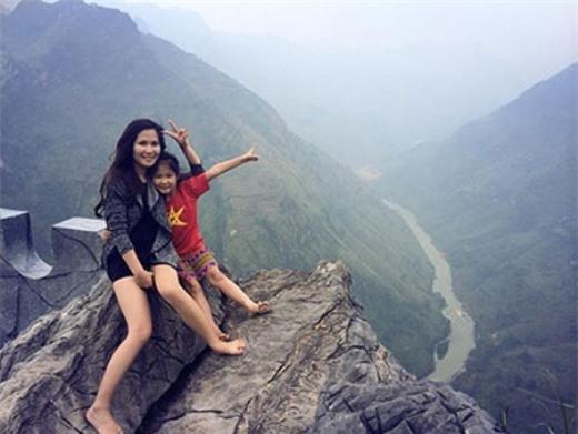 Chị Phương Linh và con gái trong chuyến từ thiện Hà Giang tháng 11 vừa qua.Thiên Trang rất hay được mẹ khuyến khích làm từ thiện và chia sẻ với các bạn nhỏ gặp hoàn cảnh khó khăn.