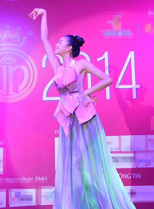 Thí sinh Phạm Thị Hương, SBD 242 thu hút sự chú ý của đông đảo người xem với phần múa sen