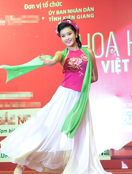 Nguyễn Trần Huyền My, SBD 289 với tiết mục múa 'Sóng lụa'