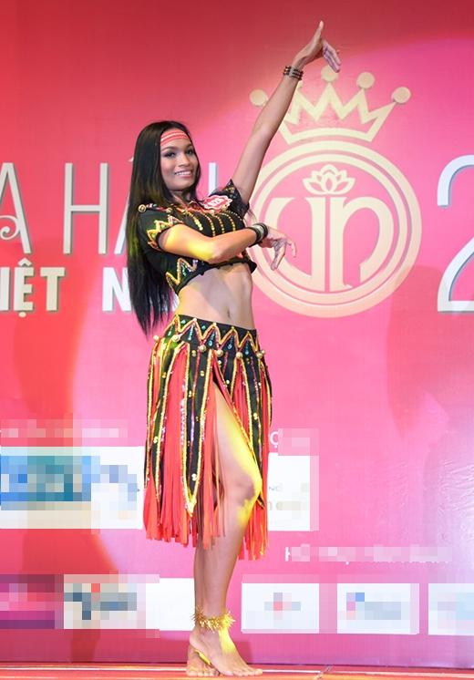 Thí sinh H'Ăng Niê, SBD 626 với tiết mục múa 'Vũ khúc Tây Nguyên' mang đậm chất hoang dã của núi rừng