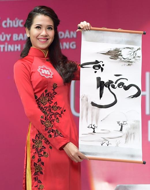 Thí sinh Nguyễn Thị Thu Hà, SBD 395 trổ tài viết thư pháp