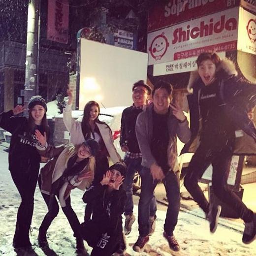 Hyoyeon cũng chơi tuyết cùng những người bạn của mình: 'Tuyết rơi đầu tiên trong mùa đông năm nay với bạn của tôi. Thật vui vẻ cùng những người bạn tốt'.