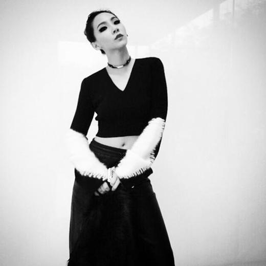 CL tiếp tục khoe hình cực gợi cảm và quyến rũ với tông màu trắng đen.