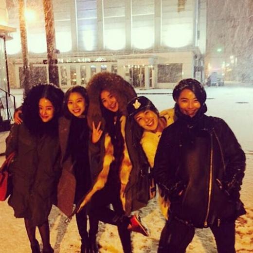 Yuri khoe hình chơi tuyết đầu mùa cùng 'đàn chị' của mình, cô viết: 'Hẹn hò với các chị xinh đẹp trong ngày tuyết rơi'. Các chị mà Yuri muốn nói đến là Kahi, Park Soo Jin, Chaeyeon, Jeon Hye Bin.