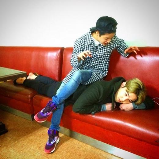 Amber hào hứng ngồi lên người Kang In và trêu đùa rằng: 'Em thắng rồi nè'.