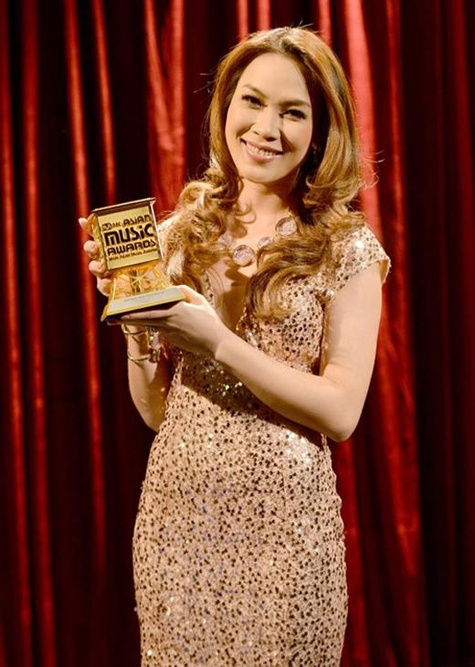 Mỹ Tâm với giải thưởng Best Asian Artist (Nghệ sĩ châu Á xuất sắc nhất) của MAMA năm 2012. - Tin sao Viet - Tin tuc sao Viet - Scandal sao Viet - Tin tuc cua Sao - Tin cua Sao