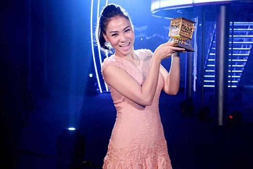 Thu Minh hạnh phúc bên giải thưởng Best Asian Artist như một thành quả cho sự nỗ lực, cống hiến của mình trong năm 2013. - Tin sao Viet - Tin tuc sao Viet - Scandal sao Viet - Tin tuc cua Sao - Tin cua Sao
