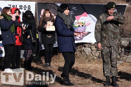 Yoo Seung Ho không giấu được xúc động khi các fan không quản ngại đường xa và đến đón anh xuất ngũ