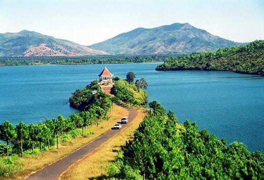 Con đường dẫn đến tháp rùa, nơi có thể đứng ngắm toàn cảnh vẻ đẹp Biển Hồ