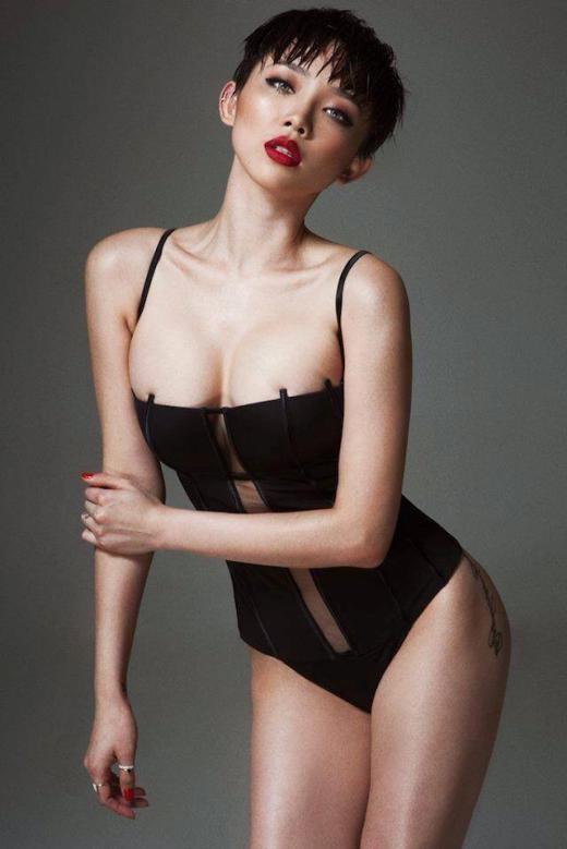 Cùng với mái tóc cá tính và trang phục sexy, những hình xăm táo bạo cũng dần xuất hiện trên người Tóc Tiên. Sự thay đổi này khiến Tóc Tiên vấp phải sự phản đối của chính mẹ đẻ. - Tin sao Viet - Tin tuc sao Viet - Scandal sao Viet - Tin tuc cua Sao - Tin cua Sao