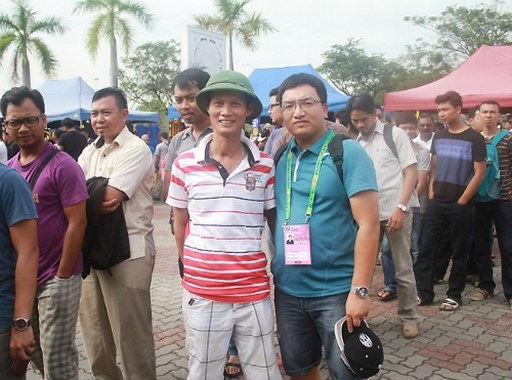 Văn Đình Thỏa (đội mũ cối) dự đoán tuyển Việt Nam thắng 1-0 ngay trên đất Malaysia. Ảnh: Tuấn Tú