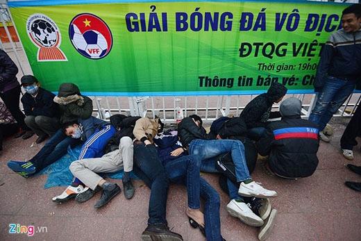 Một số người tranh thủ ngủ trước khi mua vé. Liên đoàn bóng đá Việt Nam bố trí hai cổng bán vé tại SVĐ Mỹ Đình để phục vụ người hâm mộ.