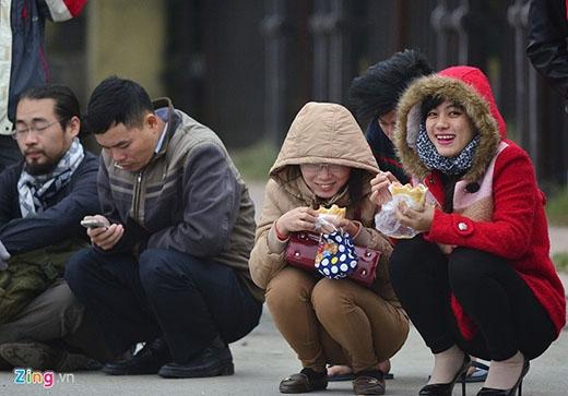 Hai bạn gái ăn sáng trước khi xếp hàng. 'Bọn em đến từ 4h sáng, nhưng do lúc đó chưa bán vé nên tranh thủ ngủ được một giấc và đi mua đồ ăn sáng', một bạn gái tâm sự.