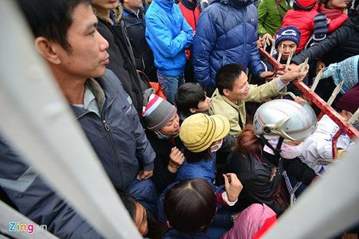Mọi người quá mệt do chen chúc nên ngồi xuống trước cổng. Lần lượt từng người sẽ vào trong lấy ticket rồi mua vé.