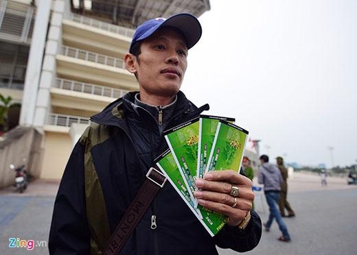 'Tôi xếp hàng từ 5h sáng, lúc đó ban tổ chức chưa cho biết bán ở cổng nào. Sau đó, họ mở bán ngay chỗ tôi đứng nên tôi may mắn có 4 tấm vé này', anh tâm sự.