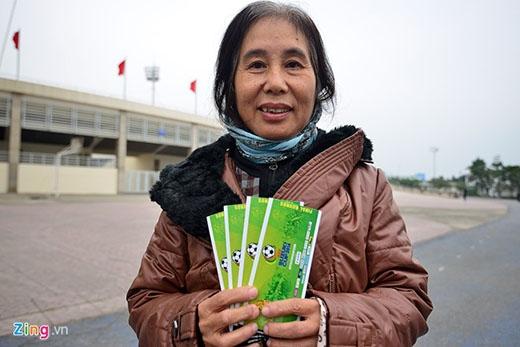 Còn bà Ngô Thị Quy (Hương Sơn, TP Thái Nguyên) lặn lội từ Thái Nguyên xuống để mua vé. Bà đứng đợi từ 20h ngày 5/12 để sở hữu 4 tấm vé khán đài A. 'Lúc tôi đến chưa có ai xếp hàng, khoảng 3h sáng hôm nay mới có vài người đến. Bốn chiếc vé này tặng con và đích thân tôi sẽ đến cổ vũ cho đội nhà', bà tâm sự.