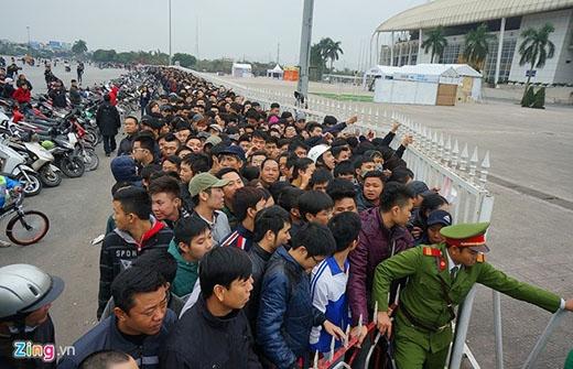Đến 9h sáng nay, người hâm mộ vẫn xếp hàng dài hàng trăm mét để chờ mua vé.