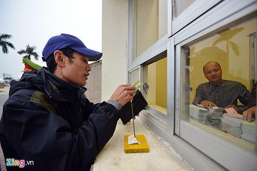 Anh Cao Xuân Thu may mắn là người đầu tiên được vào bên trong mua vé. 'Tôi mua 4 vé khán đài D để đưa cả gia đình đến xem, cổ vũ cho tuyển Việt Nam', anh nói