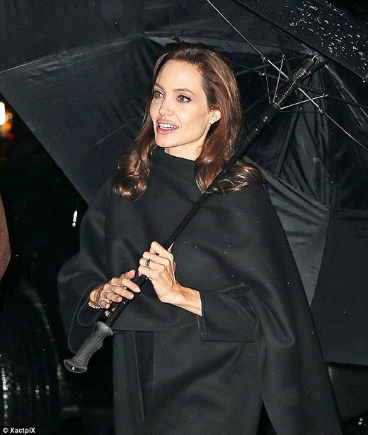 Angelina xuất hiện cùng với một chiếc dù giữa tiết trời khá lạnh
