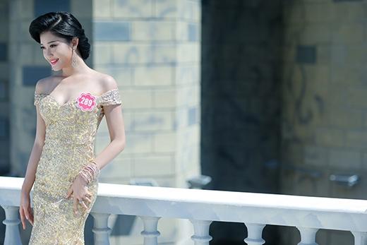 Nguyễn Trần Huyền My SBD 289 là một trong những thí sinh nổi bật đại đến từ Hà Nội Thu hút người nhìn với nét đẹp kiêu sa. Cô sinh viên 19 tuổi Học viện thời trang London còn gây ấn tượng với cao 1m74 và số đo 83-62-93.