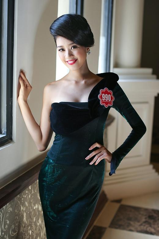 Nguyễn Trần Khánh Vân SBD 990 là thí sinh đến từ TP Hồ Chí Minh. Người đẹp năm nay mới 19 tuổi, hiện đang là sinh viên Hệ Cao đẳng ĐH Sân Khấu Điện Ảnh TPHCM, cao 1m73, nặng 48kg, số đo 80-59-88.