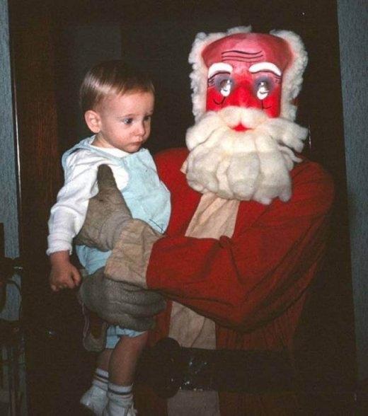 Em bé này còn chẳng dám nhìn vào mặt ông già Noel