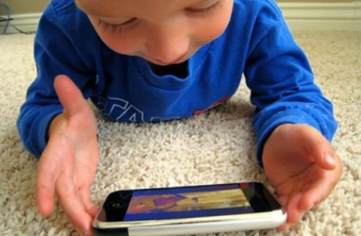 Cả trẻ em cũng ghiền điện thoại