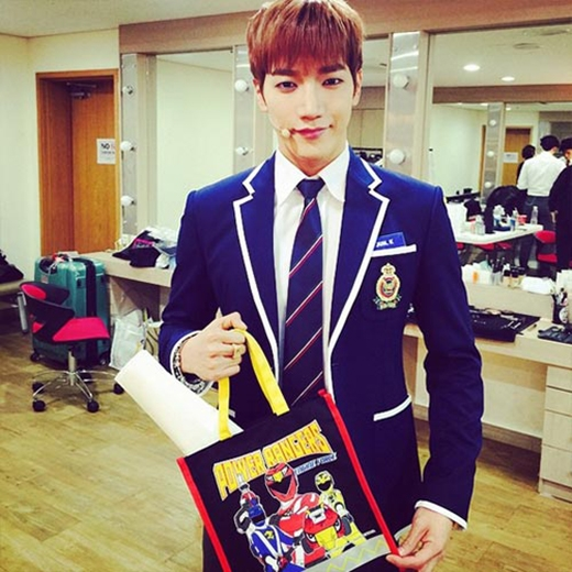 Jun.K quay về tuổi thơ với đồng phục học sinh và viết: 'Mọi người đang ở trường học Michin. Rất vui khi được gặp mọi người'.