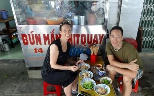 Du khách thích thú với ẩm thực Đà Nẵng vừa ngon vừa rẻ, phục vụ chu đáo, nhiệt tình. Ảnh Tourindanang