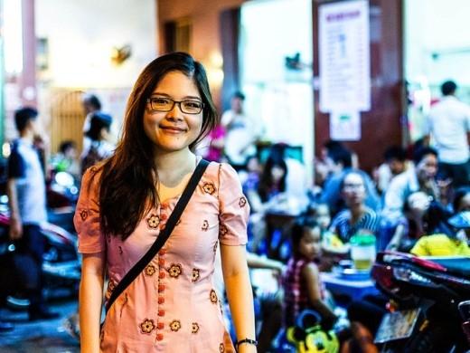 Lê Hạ Uyên, cô gái xinh đẹp người Đà Nẵng mở tour khám phá ẩm thực Đà Nẵng cho du khách nước ngoài với nụ cười và sự thân thiện đặc trưng của người Đà Nẵng. Ảnh: Brian Oh