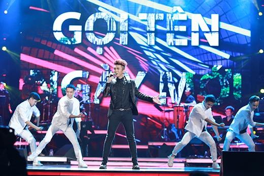 Quốc Minh mở đầu chương trình với ca khúc sôi động 'Gọi tên ngày mới'.
